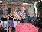 František Kučera, ještě coby starosta Pelhřimova, při přebírání dožínkového věnece.