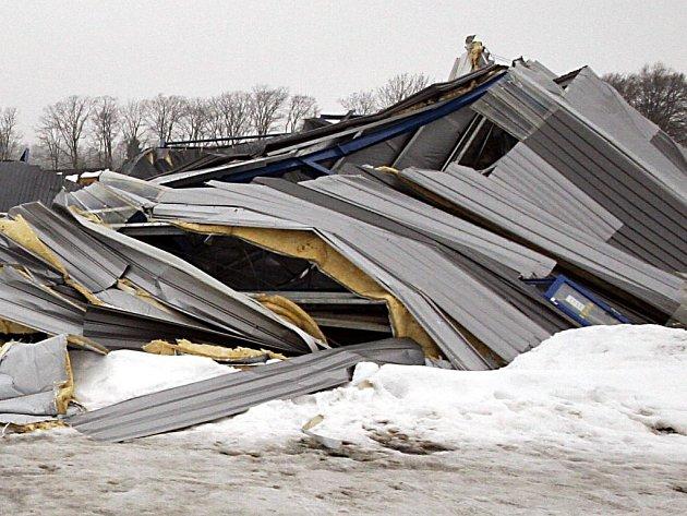 Zřícená střecha humpoleckého zimního stadionu.