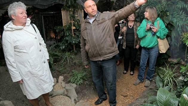 Majitel Pohádkové říše Fábula Rostislav Kružík (na snímku uprostřed) právě vysvětluje radní Kraje Vysočina Marii Kružíkové (vlevo), co vše nabízí nová pohádková země.