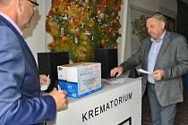V úterý byl v průjezdu pelhřimovského infocentra slavnostně odhalen model krematoria, které ve spojitosti s Pelhřimovem proslavil populární český film Vesničko má středisková.