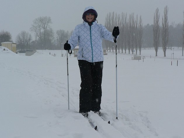 Sněhová nadílka dělá radost běžkařům. Dvanáct kilometrů na běžkách v okolí Černovic včera za dvě hodiny ujela i Marcela Kosová (na snímku).