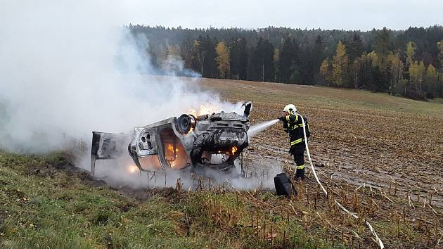 Nehoda s následným požárem auta u Lidmaně.