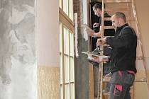 Čilý ruch panuje od konce minulého týdne na radnici v Pacově. Řemeslníci tam vyměňují původní špaletová okna za nová.