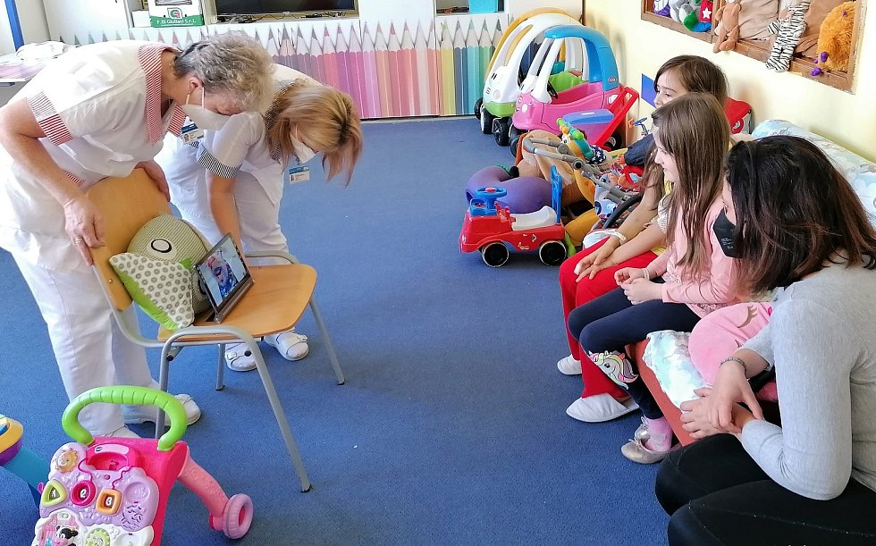 Děti se se zdravotním klaunem setkávají v Nemocnici Pelhřimov online. Foto: Alexandra Knapová
