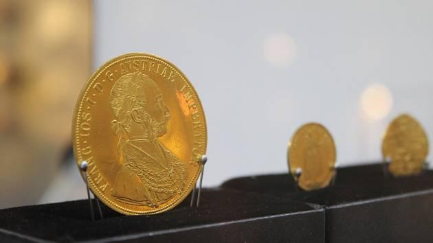 Milovníci historie si už jistě všimli, že Muzeum Vysočiny Pelhřimov představuje novou expozici. Jedná se o putovní výstavu, která nese název Poklady Vysočiny – Skvosty depozitářů.