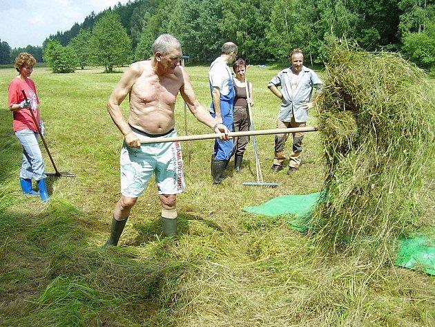 Pelhřimovský starosta Leopold Bambula vystřídal hned tři druhy oblečení. Na radnici přišel v džínách, poté na sebe neplánovaně vzal smoking. Odpoledne se kvůli ručnímu sklízení sena v přírodní rezervaci vysvlékl do půli těla.