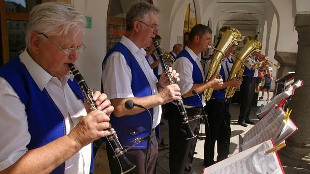 V podloubí Masarykova náměstí v Pelhřimově v neděli dopoledne zahrála Batelovská kapela.