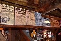 Muzeum rekordů  a kuriozit v Pelhřimově připravilo pro návštěvníky retro výstavu kopií historických novin monitorující vznik Československa.