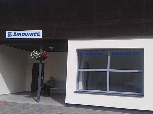 Novou autobusovou zastávkou se chlubí od léta nádraží v Žirovnici.