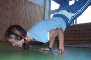 Nácvik akrobatických prvků bývá pro děvčata ze skupiny TNT občas pořádně perný.