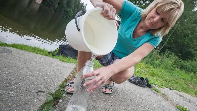 Sběr vzorků vody z vodní nádrže Sedlice.