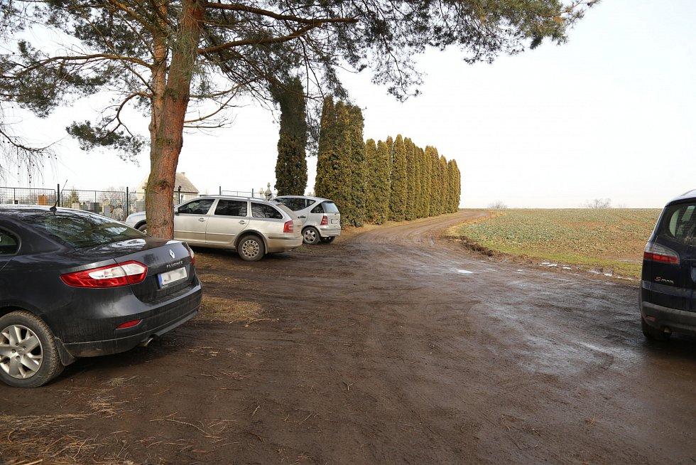 V Senožatech u hřbitova mají aktuálně pouze nezpevněnou prašnou cestu.