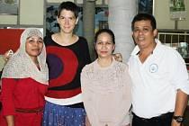 Mirka Rafajová se svými indonéskými přáteli.