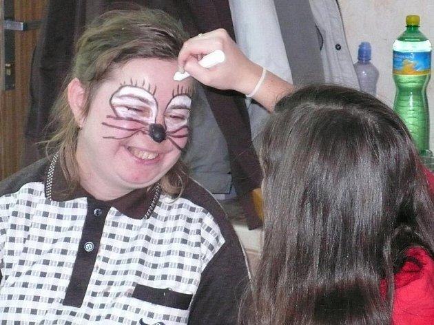 Děti si v Klíčku vyrobily masky na karneval a vyzkoušely si malování na obličej.