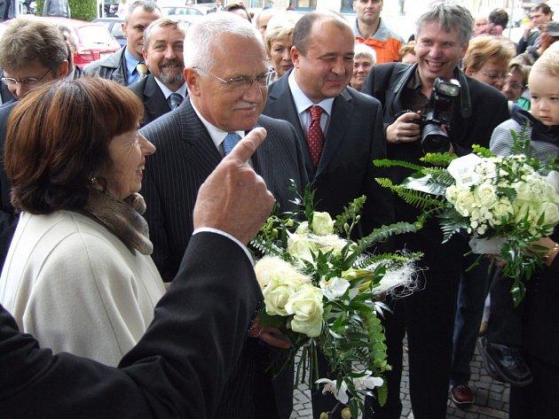Václav Klaus s chotí před Hotelem Kotyza v Humpolci