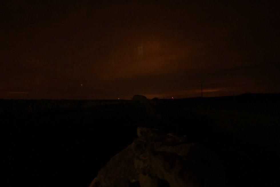 Petr Taks vyfotil v pátek večer nad Libkovou Vodou zajímavý úkaz. Pokládal ho za polární záři. Odborníci jeho domněnku zatím nepotvrdili.