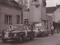 Na fotografii je vidět příprava v rámci průvodu členů Automotoklubu Svazarm Žirovnice na prvního máje roku 1977.