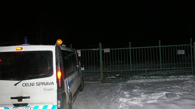 Objekt areálu bývalé cihelny ve Stojčíně hlídají celou noc celníci. Podle všeho jde o jeden z největších skladů, který od vypuknutí aféry s pančovaným alkoholem policie objevila.
