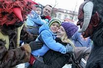Mikuláš s čerty zavítal na Horní náměstí v Humpolci.