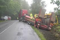 V příkopu při výjezdu z lesa od Brodu směrem na Rozkoš se ocitla už řada vozů (na snímku nehoda z loňského léta).