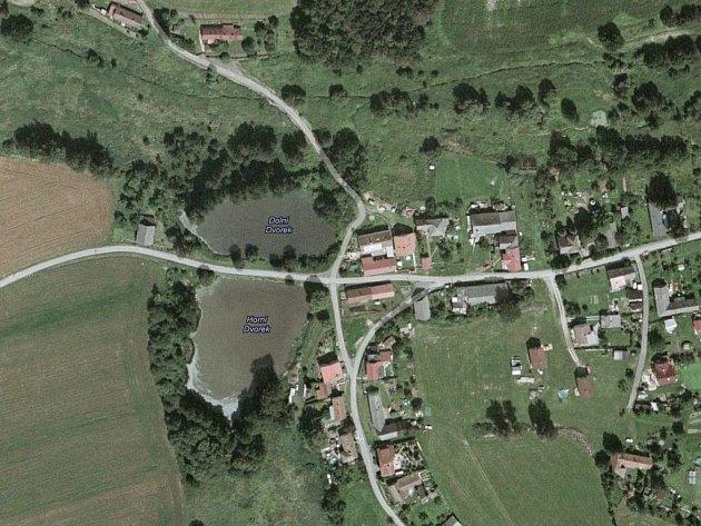 Úzká silnice vede přímo mezi rybníky Horní dvůr (na snímku dole) a Dolní dvůr. Pokud se chodec nebo cyklista ve tmě splete, může se během okamžiku ocitnout ve vodě.