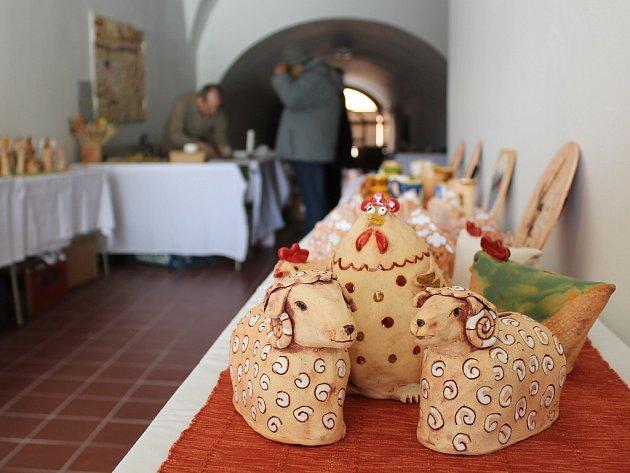 Jako každý rok před Velikonocemi, tak i letos zaplnili klienti FOKUSu Vysočina, konkrétně pelhřimovského střediska, průjezd radnice na Masarykově náměstí v Pelhřimově svými výrobky.