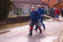 Soutěž v netradičním požárním útoku v Libkově Vodě.