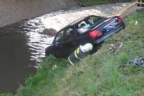 Auto skončilo v řece Bělé.