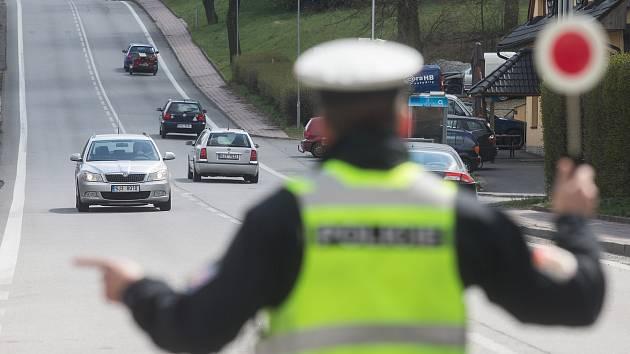 Silniční kontrola. Lidé na Vysočině, kteří mají zakázáno řídit motorová vozidla, usedají za volant stále častěji. Tito řidiči se navíc ještě před jízdou častokrát posilňují alkoholem či drogami.