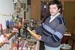 Obchůdek Jiřího Koubka nabízí výrobky od skláře, mydláře či včelaře.