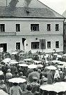 U příležitosti šedesátého výročí od schůzky zakladatelů FIM (Mezinárodní motocyklové federace) v Pacově došlo v roce 1964 k odhalení pamětní desky FIM na hostinci Na Panské.
