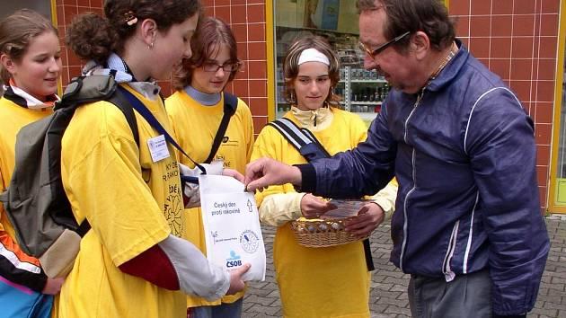 Skauti ve středu prodávali žluté kytičky.