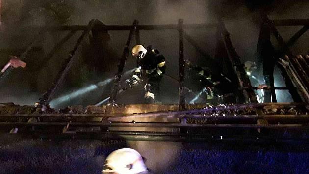 K požáru rodinného domu v Želivě vyjížděli hasiči v neděli krátce po třetí hodině v noci.