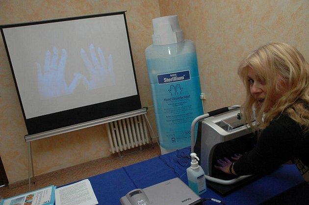 Za pomoci firmy Bode měli zaměstnanci možnost vyzkoušet, jestli postup při hygienické dezinfekci jejich rukou je správný a dostatečně účinný. Své ruce pomazané dezinfekčním roztokem pak vsunuli pod UV lampu. Tam byly poznat případné nedostatky.