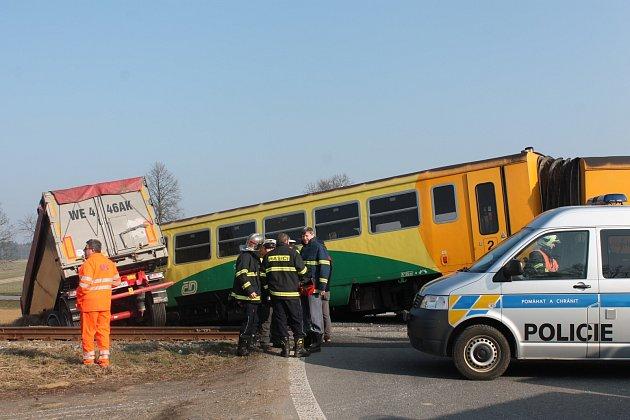 Úterní nehoda na železničním přejezdu u Obrataně.