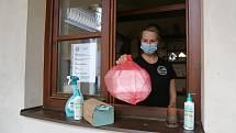 Majitelce Restaurace a Penzionu Olga v Kamenici nad Lipou teď s obsluhou u výdejního okénka pomáhá její dcera Olga Krejčová mladší.