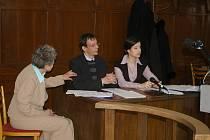 Soud vyslýchal ne žalovaného, ale žalobce, aby zjistil, zda opravdu přišel o 2,5 milionu. Na fotce Holanďan Pierre-Philippe Möeller a jeho tlumočnice do angličtiny.