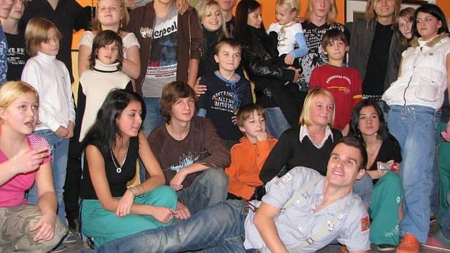 Finalisté pěvecké soutěže Československá Superstar zavítali do dětského domova v Humpolci.