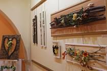 Od úterý mohou zájemci v pelhřimovské Galerii M vidět společnou výstavu Marcely Filipové a klientů z Domova Kopretina v Černovicích pod vedením Ireny Puchnerové.