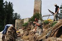 Obnova východní stěny prastarého bastionu připomíná zednickou alchymii. Až řemeslníci z Orlíka odejdou, laik by neměl poznat rozdíl mezi původním valem a novostavbou.
