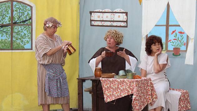 Kočovní herci zahráli satirickou hru i pohádku pro děti.
