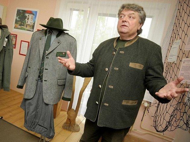 Jaroslav Pospíšil vlastní největší sbírku mysliveckých a lesnických uniforem na světě. Dvě z nich mohou nyní obdivovat i návštěvníci pelhřimovského Muzea rekordů a kuriozit.