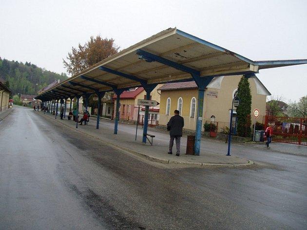 Kamenické autobusové nádraží vypadá nevinně jen za bílého dne. Poničené koše a malůvky na zdech dávají tušit, že po setmění se tam děje pravý opak.
