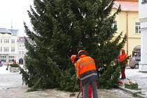 Na pelhřimovském Masarykově náměstí už stojí vánoční strom.
