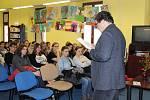 Za čtenáři Pelhřimovska v pátek přijel spisovatel Michal Viewegh. Od 11 hodin se v Městské knihovně Pelhřimov uskutečnila besídka určená pro studenty pelhřimovských středních škol a od 17 hodin na tutéž přednášku mohla přijít široká veřejnost.