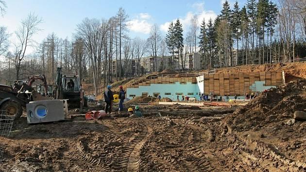 Stavba v sadech úspěšně pokračuje