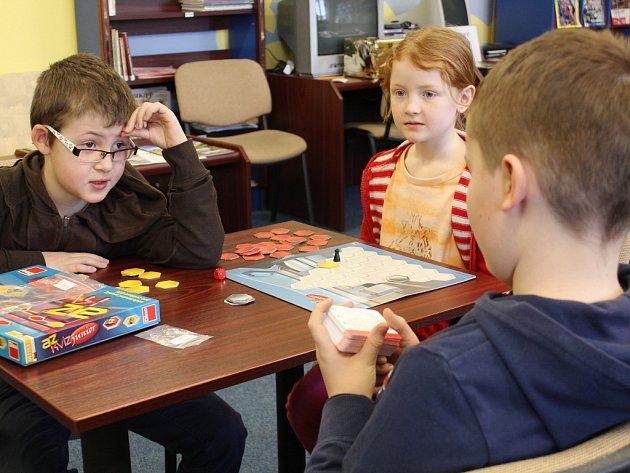 Ve čtvrtek odpoledne mohli školáci zavítat do hudebního oddělení pelhřimovské knihovny, kde si mohli zahrát jakoukoliv hru. Trojice na snímku zvolila AZ kvíz.