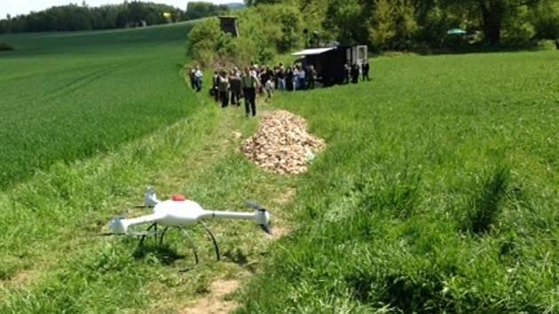 Drony s optickými a termokamerami jsou při letu nad polem přímo určit souřadnice místa, kde se zvíře nachází, čímž usnadňují myslivcům práci.