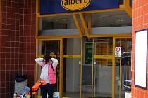 Na velké nákupy  do Alberta příliš zákazníků nejezdilo. Pelhřimovská provozovna nepřispívala profitu společnosti Ahold.