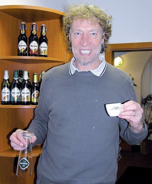 Lepší malá drahá káva než korbel levného piva, to je Bernardova nová obchodní strategie.